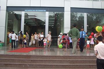 Khách hàng đến với Hà Thành Plaza